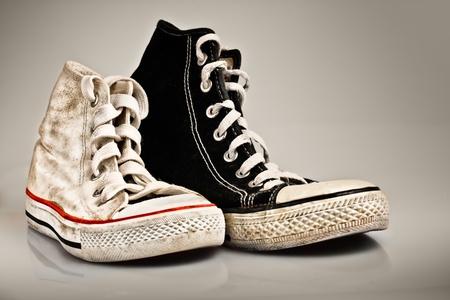 スニーカー: 子供と大人、家族やカップルの概念として有用に属する古いスポーツの靴 写真素材
