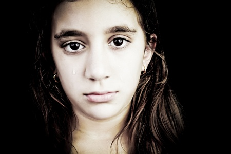 niños tristes: Dramático retrato de una niña muy triste llorando aislados en negro con espacio para texto