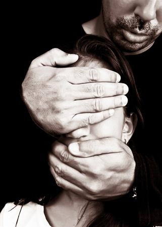 maltrato infantil: El maltrato y el acoso por parte de un hombre adulto desconocido que se tapa los ojos y la boca