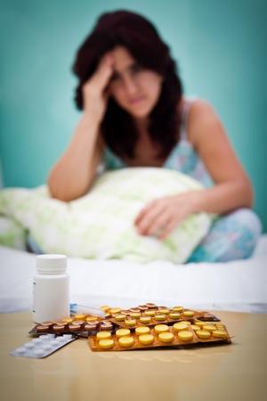 약물 치료: 우울증이나 두통의 배경 고통에 초점 여자의 중 전경에 의료 정제 스톡 사진