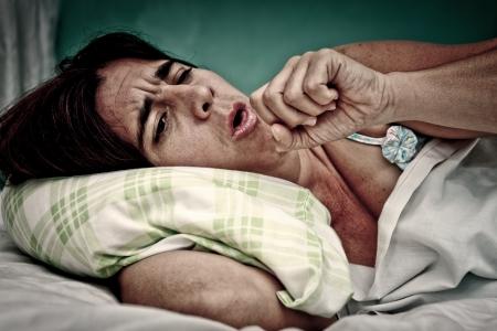 tosiendo: Retrato de Grunge y valiente de la mujer enferma en la cama por la tos y