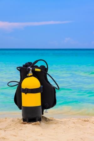 cilindro de gas: Equipo de buceo en una playa tropical en Cuba Foto de archivo