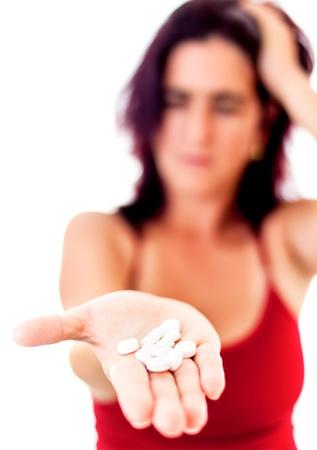 sobredosis: Fuera de la mujer enfoque que se extiende su mano lleno de pastillas de medicamentos útiles para ilustrar los problemas de salud mental, adicción a las drogas o el suicidio