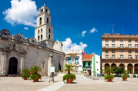 habana: The square of San Francisco in Old Havana, a famous tourist destination on the city