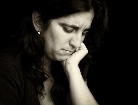 woman issues: Vintage retrato monocrom�tico de una mujer hispana triste y deprimido, con una expresi�n pensativa aislados en negro