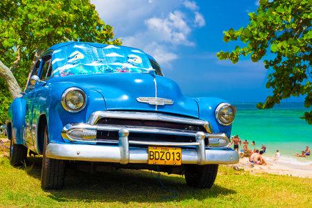 Coche clásico en una playa en Cuba