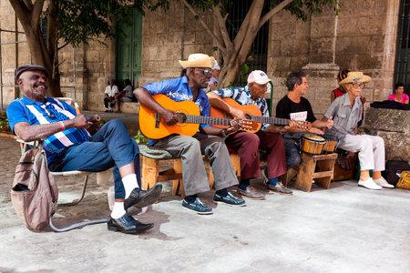Grupo de música tradicional tocando para los turistas en La Habana