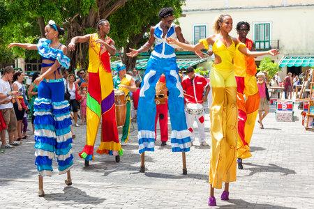 Bailarines en zancos calle en La Habana Vieja