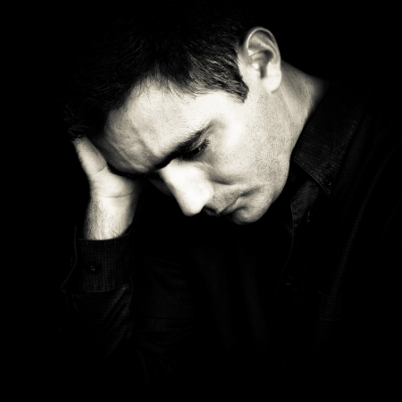 sad man: Retrato en blanco y negro de un hombre preocupado y deprimido aisladas en negro