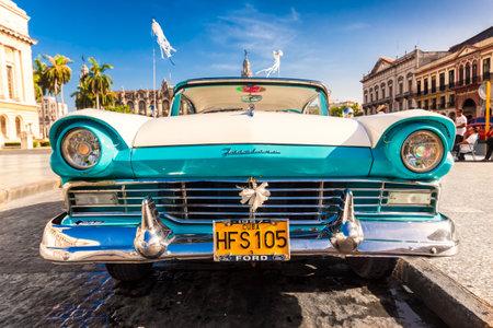 ford: Vintage Ford Fairlane in de voorkant van het Capitool van Havana