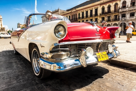 Vintage Ford Fairlane in front of the Capitol of Havana Stock Photo - 14939548