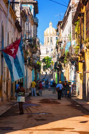 bandera cuba: Escena de la calle en La Habana Vieja