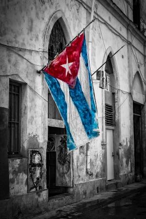 bandera cuba: Colorido bandera cubana en una calle en mal estado en blanco y negro en La Habana