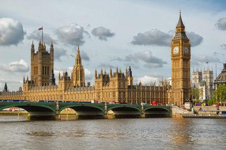 bus anglais: Le Big Ben, les Chambres du Parlement et le pont de Westminster à Londres