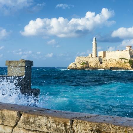 Het beroemde kasteel van El Morro in Havana met een stormachtig weer en hoge golven daar tegenaan beuken tegen de muur Stockfoto