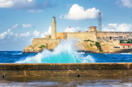 Hurricane in Havanna mit Blick auf die Burg von El Morro und große Wellen, die gegen die Wand