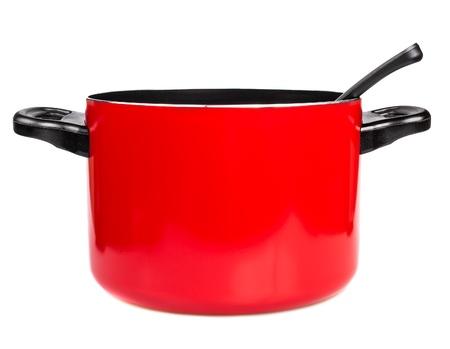 Pot métallique de cuisine rouge avec une cuillère isolé sur un fond blanc Banque d'images