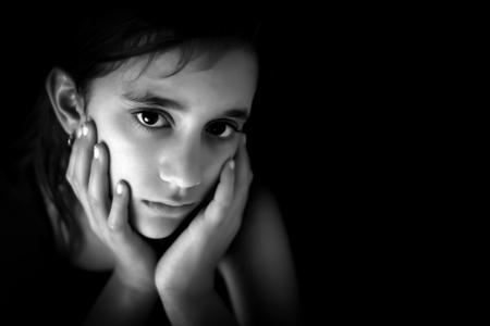 cara triste: Retrato de una muchacha triste hispano en el espacio en blanco y negro con un texto