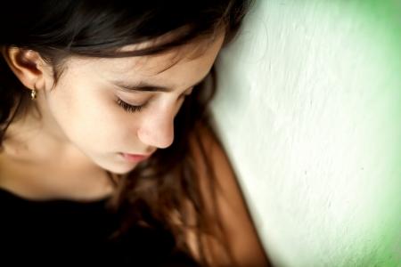 Emotionele portret van een droevig meisje met een ondiepe diepte van gebied en ruimte voor tekst
