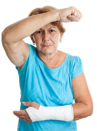 brazo roto: Anciana hispana con un brazo roto defendi�ndose contra un agresor aislado en blanco Foto de archivo