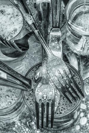 lavar platos: Cubiertos y vasos se lavaron con agua y detergente Foto de archivo