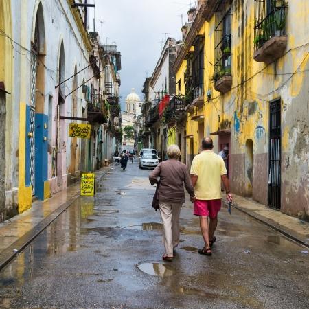 casa colonial: Pueblo cubano en un típico barrio viejo de La Habana Foto de archivo