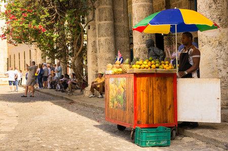 Stall selling tropisch fruit aan toeristen in Havana Redactioneel