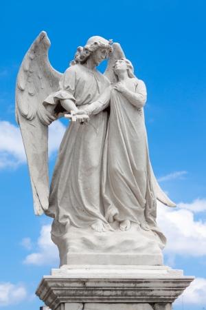 Marmeren standbeeld van een gevleugelde engel bewaken van een mooi jong meisje