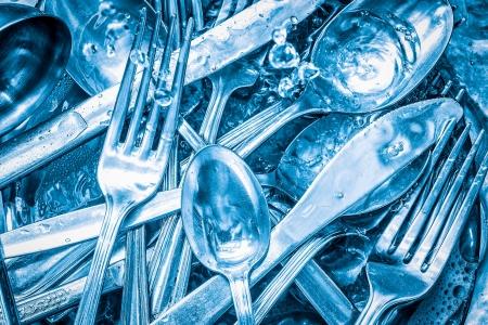 geschirrsp�ler: Blau get�nten Besteck mit Wasser und Sp�lmittel gewaschen Lizenzfreie Bilder