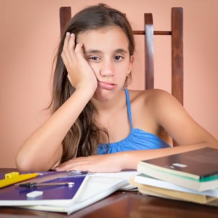 hispanic student: Estudiante hispana cansado con una expresi�n de aburrimiento