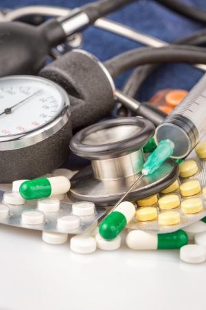 hipertension: Jeringuilla, píldoras diferentes, el estetoscopio y esfigmomanómetro con un espacio para el texto