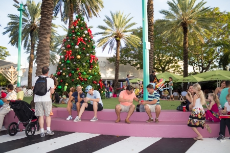 lincoln: Tourists enjoying the warm weather at Lincoln Road in Miami Beach This boulevard features over 200 designer boutiques,national retail stores and fine restaurants and bars Editorial