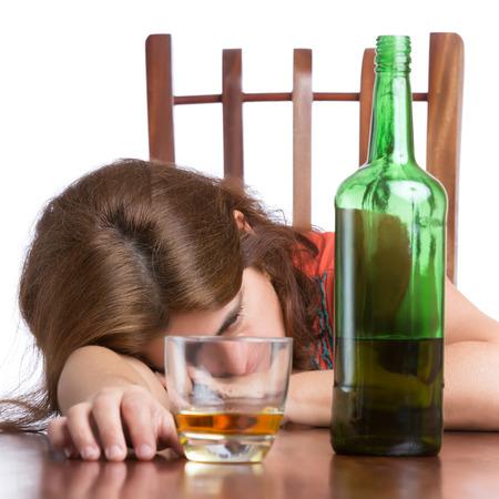 alcoholismo: Mujer borracha, triste y cansado con una botella de whisky aislados en blanco Foto de archivo