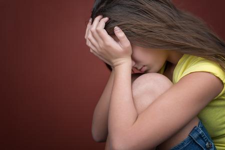 fille pleure: Triste adolescente pleure avec un espace pour le texte