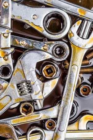 Haufen der neuen Mechaniker Werkzeuge Schraubenschlüssel, Schrauben und Muttern mit Fettflecken Standard-Bild - 26016968
