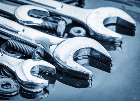 Conjunto de herramientas llaves y tornillos en tonos de azul metálico con reflejos Foto de archivo