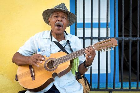 일반적인 다채로운 올드 하바나 거리에서 관광객의 엔터테인먼트 어쿠스틱 기타에 전통적인 쿠바 음악을 연주하는 거리의 음악가