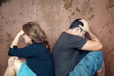 argument: Scheiding, vechten, problemen - Jong paar boos op elkaar zitten rug aan rug Stockfoto