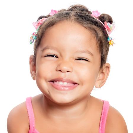 Close-up eines multiethnischen kleine Mädchen lächelnd auf einem weißen Hintergrund Standard-Bild - 27364662