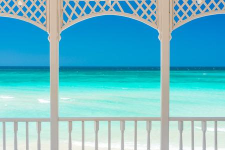 Romantische Holzterrasse mit Blick auf einen tropischen Strand in Kuba Standard-Bild - 28024978