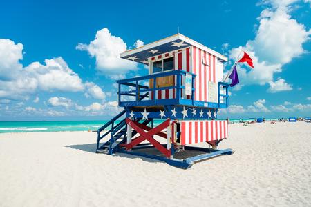 アメリカの国旗のデザインで、マイアミ サウス ビーチでライフガードの小屋