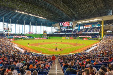 Die Miami Marlins spielen die Atlanta Braves in einem Spiel von der Eastern Division der Major League Baseball National League Standard-Bild - 28936450