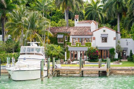 スター島マイアミ、ビスケーン湾の人工島の多くの金持ちで有名な人々 の家に贅沢な大邸宅