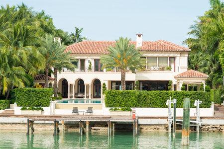 millonario: Una mansi�n de lujo en la isla de la estrella en Miami, una isla artificial en la bah�a de Biscayne y el hogar de muchos ricos y famosos Editorial