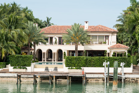 金持ちや有名人の星の島、マイアミ、家に海辺で贅沢な大邸宅
