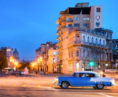 Escena urbana de la noche en La Habana Vieja, con una vista de las lámparas de la calle y los edificios antiguos cerca de El Prado Editorial