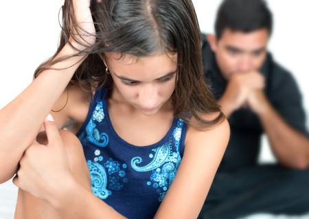 Troubled tienermeisje met haar bezorgde vader thuis
