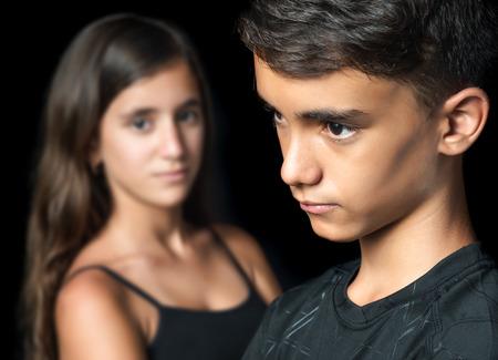 Sad junge Teenager-Paar - Jungen und Mädchen - auf einem schwarzen Hintergrund Standard-Bild - 30539417