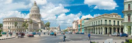 Straßenszene mit alten Autos und Menschen neben dem Capitol buildiing in Alt-Havanna Standard-Bild - 31007724