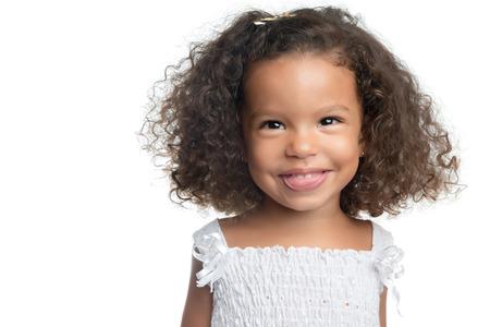Kleines Mädchen mit einem Afro-Frisur lächelnd und trägt ein weißes Kleid isoliert auf weiß Standard-Bild - 31052667